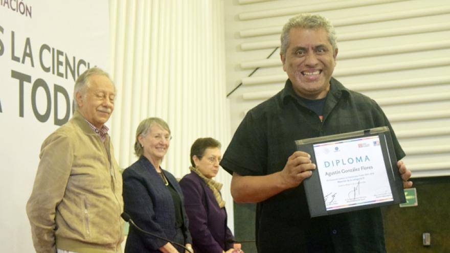 Docente del IEMS recibe premio del FCE