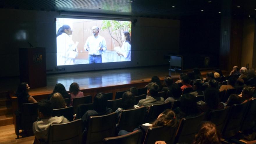 Entrevistan estudiantes a investigadores eméritos